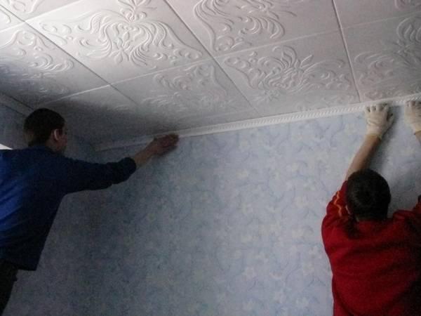 Потолок из плиток пенопласта: фото и дизайн, пенопластовые плиты, видео с отделкой, как клеить пенополистирол