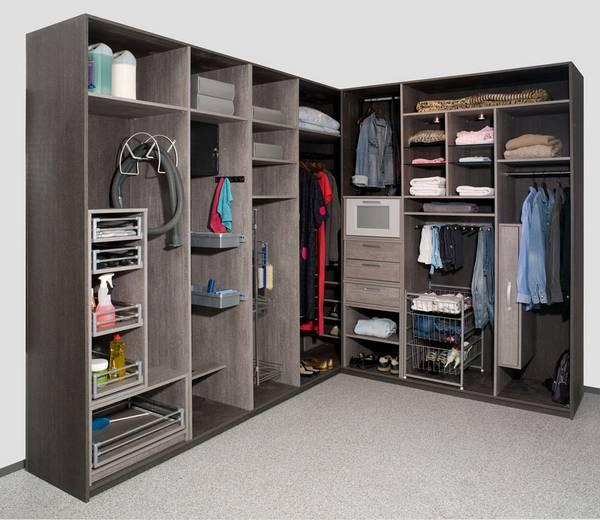 Угловая гардеробная в интерьере помещения
